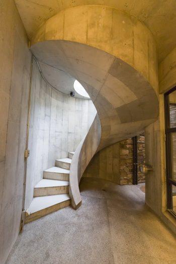 仕事部屋に降りる外階段。コンクリートで曲線を描く、職人さん泣かせの構造。