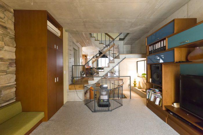 テレビボード、キャビネット、ソファーなど、家具は空間に合わせてサイズを計り、タイで作ってもらった。