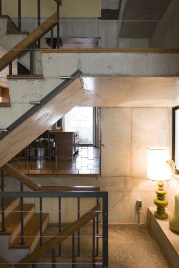 家のほぼ中央にある階段が、両側のスキップフロアを繋ぐ。
