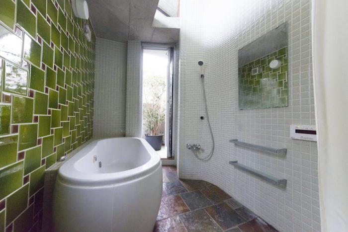 バスルームはタイルにこだわり、専門誌をたくさん見てイメージをデザイナーに伝えた。バスタブはアメリカンスタンダード社。