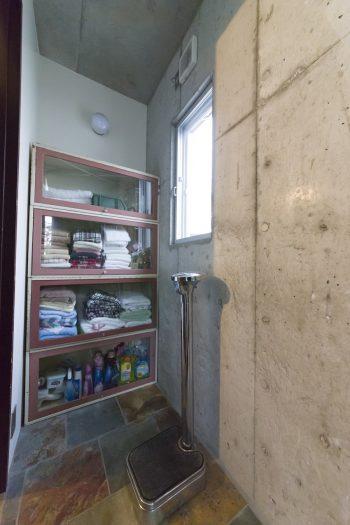 バスルーム前の脱衣所。タイルはデザイナーがタイで調達。