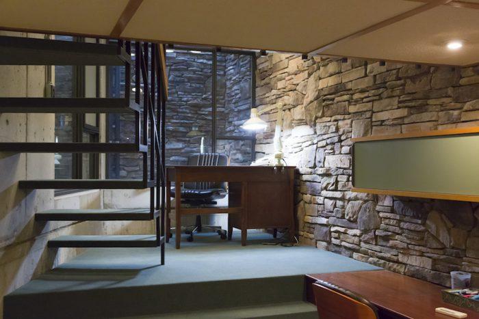 吹き抜けのガラス窓から、外の光が地下にも届けられる。