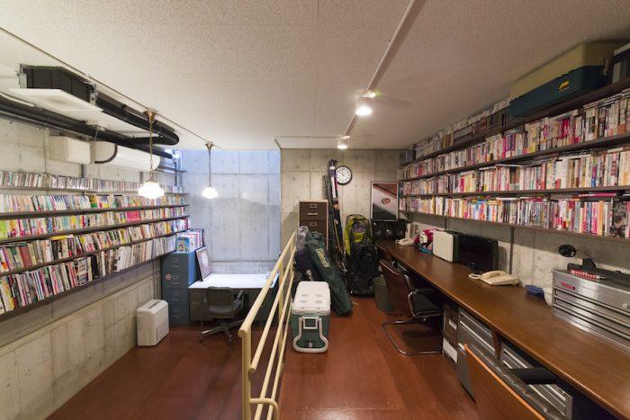 バス釣りの道具や、仕事の資料などを置いた趣味の部屋。段差を活かして収納も設けられている。ラワンの床が素朴な風合い。