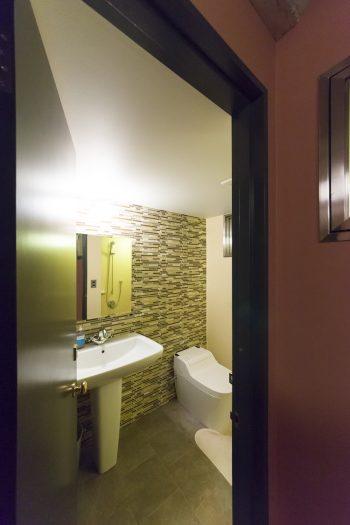 トイレの壁は、ホームデコのモザイク調タイルを貼った。