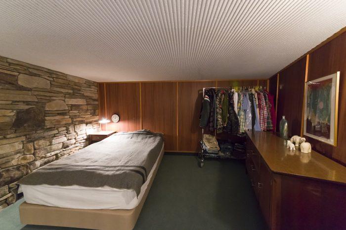 田中さんのベッドルーム。素朴な素材感を活かした空間は、キャビンを思わせる。