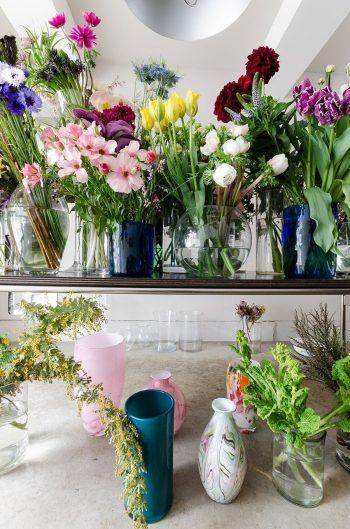 花を生ける器には、フランスの手吹きガラスブランド「La Soufflerie」も使用している。