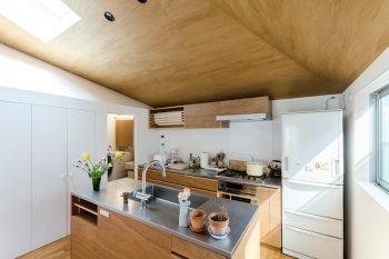 キッチンスペース。その左側の白い部分には水回りと収納が収められている。