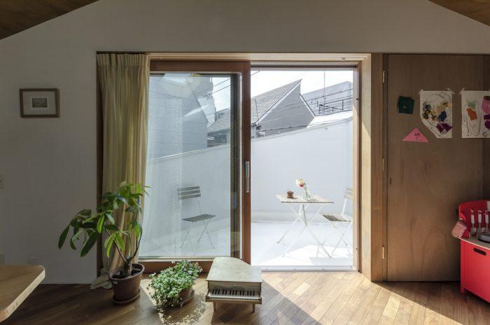 春や秋には外で朝食も取れるようにと広めのテラスがつくられた。隣の親類の家からは角度により視線が届くが、その他の外部の視線は気にならないように壁を立てている。