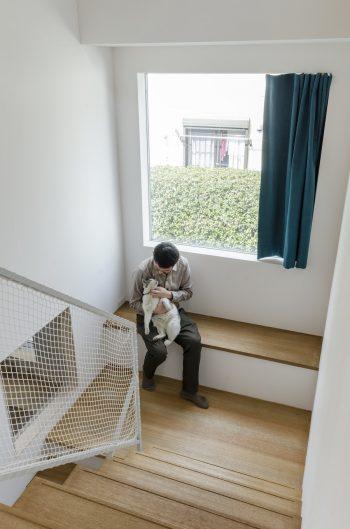 井上さんと飼い猫のしーちゃん。ここは外を感じながらくつろげる場所だ。