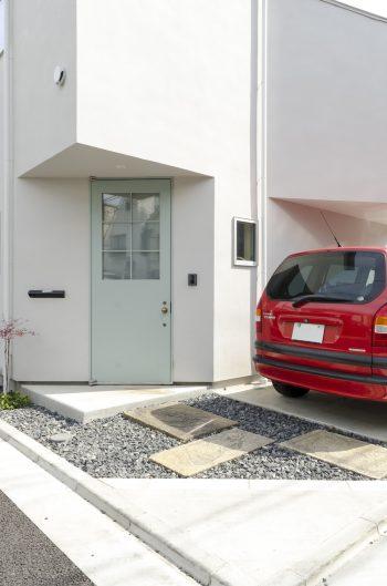 玄関ドアの色は夫妻が指定したもの。