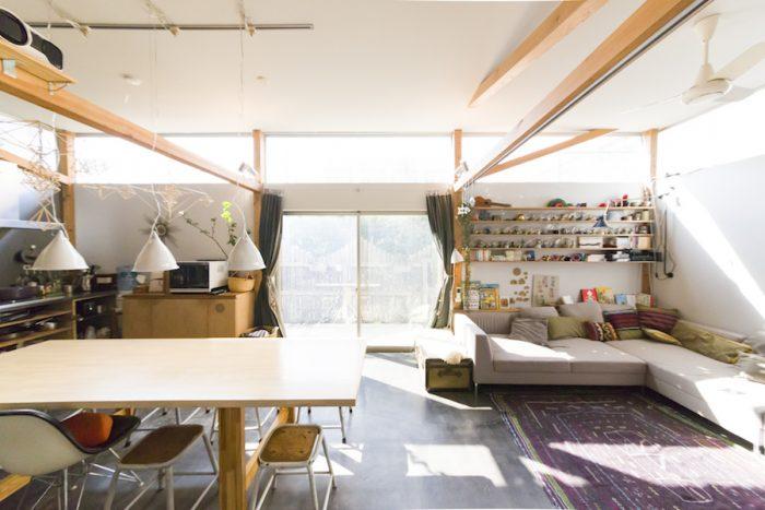 360度ぐるりと開いた天井近くの窓から、柔らかな光が差し込む明るいリビング。