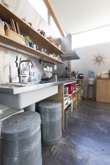 予算の都合で扉をつけられなかったというキッチンの、気取らない感じがカッコいい。