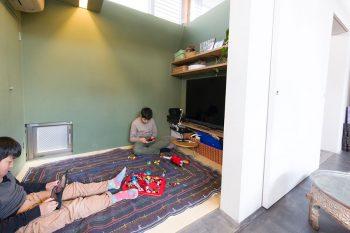 「TVはあまり好きではないのでこの小さな和室に置いています。壁の緑の色は建築家にお任せしました」