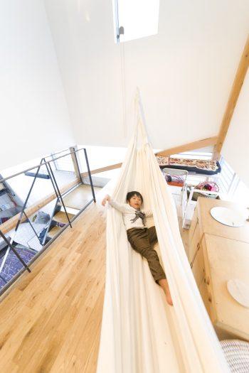 中二階はハンモックがあったり、おままごとセットがあったりと、子どもたちが自由に使えるスペースになっている。