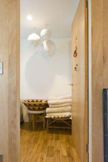モロッコの家具やアンティークがお好きな奥様。寝室のベージュトーンのコーディネイトが美しい。