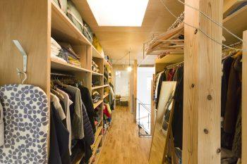 2階の個室には収納がない。代わりに廊下の両サイドが収納になっている。成長に合わせて部屋を入れ替えやすくしている。