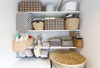 洗濯機の上の収納スペース。色数を抑えた、作り込みすぎない収納がお洒落。