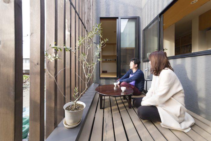 テラスの左側が保育園。このテラスにはちゃぶ台がよく似合う。園庭を眺めながら会話が弾む。
