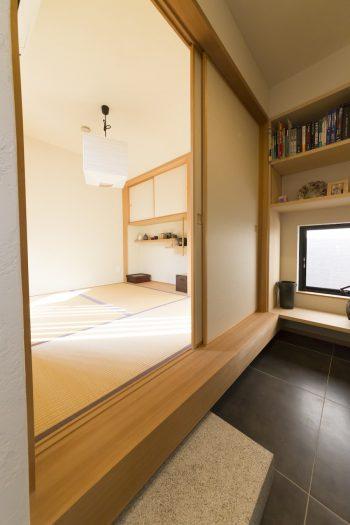 2階の奥に位置する小上がりの和室は、茶室のような趣。沓脱石を置き、和の暮らしを愉しんでいる。