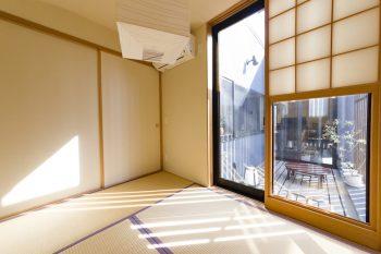 和室と1階の寝室は、鈴木さん夫妻の希望で雪見障子を採用。変則的なサイズが現代的。