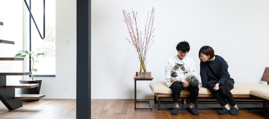 二人と一匹の心地よい暮らし空間をゆるやかに分ける中庭+吹き抜けのある家