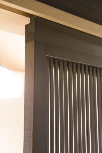 アンティークの建具は現代のサイズよりコンパクトなため、高さ調整をしてもらったうえで使用。