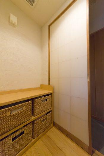通り庭の左奥がバスルーム。脱衣所の入り口は障子を採用しているため、一見バスルームとは気づかない。