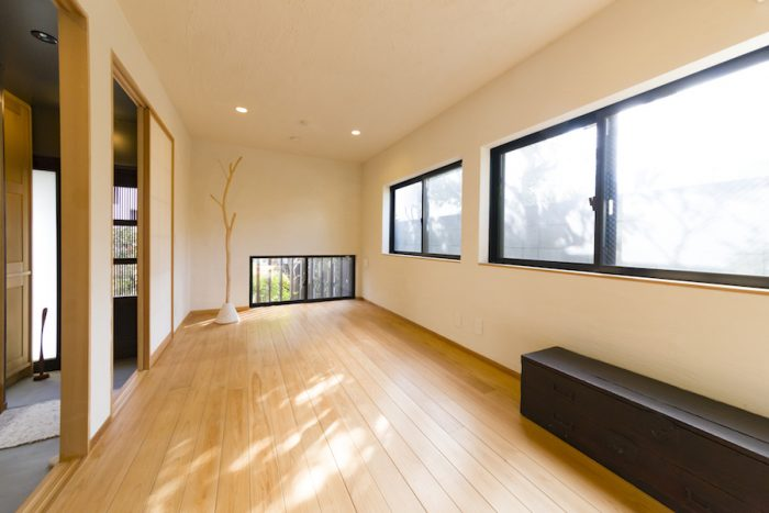 """玄関脇の小上がり。壁に珪藻土を塗る体験をした思い出深い部屋。自分たちで塗ったところには特に愛着を感じる。右側の""""刀箪笥""""は100年以上前のもの。"""