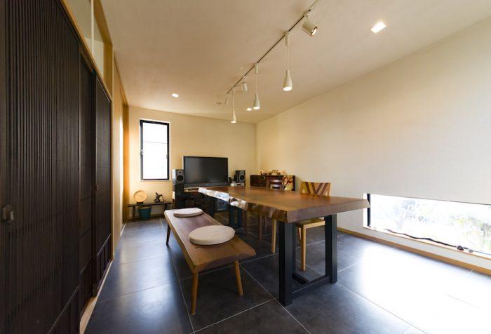 鈴木邸には地窓が数か所ある。外の人との視線が交わることなく、風景が楽しめる。