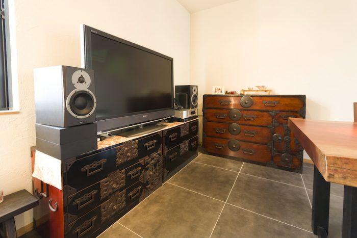 骨董市で購入した和箪笥たち。ペアで購入した黒漆の箪笥は、実は高さが異なる。テレビ台として利用するにあたり、下に敷く木枠だけ家具屋に発注して高さを合わせた。