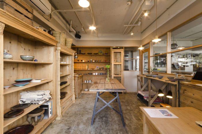 経年変化によって独特の風合いをまとった木の家具を什器として利用。モルタルの床と天井のミニマムな空間に温かみが加わっている。