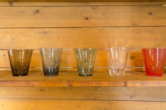 スタジオプレパのガラスコップ。色違いでそろえたくなるカラフルなカラー展開。