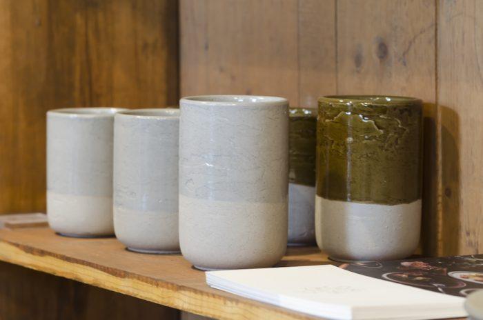 クラフト感のある「SUEKI ALCHEMY」のグラス。大谷土と愛媛の砥部土を調合し、石の質感を表現している。