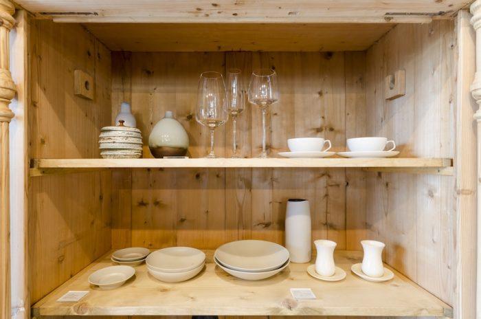 上段右のカップ&ソーサーとグラスはドイツ、バウハウスの創設者で初代校長ヴァルターグロピウスの作品。ローゼンタールのスタジオラインとして発表されている、軽やかな佇まいの作品。下段右側は、尾花友久さん、智子さん夫妻が共同で作陶する「ひさご屋」。左側は吉田直嗣さんの器。ニュアンスのある白が印象的。