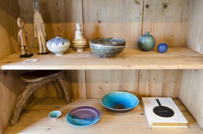 上段中央の花器は千葉県松戸で制作をする竹村良訓さん。従来のカラフルな作品に比べて、渋めの作品がラインナップしている。右隣に並んだ、オールド・アラビアやヴィンテージの器とも相性がいい。