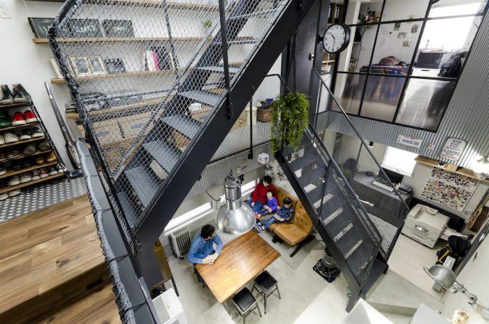 真ん中にダイニング。その右にはヘアメイクの仕事をされている貴子さんのメイクスタジオ。ダイニングより床を低くした落ち着いた空間になっている。メイクスタジオの真上に勇介さんの仕事場がある。