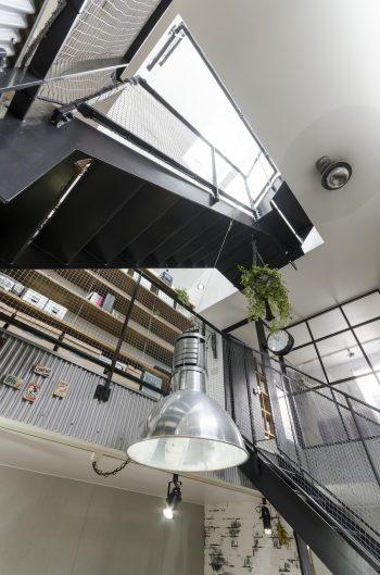 天窓から1階まで光がふんだんに降り注ぐ。