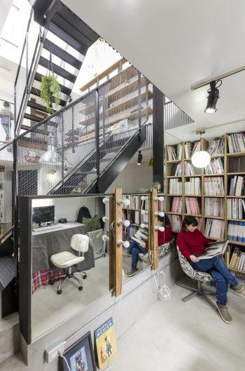 1 階の奥に設けられた貴子さんのメイクスタジオ。6灯のハリウッドランプは勇介さんが製作して設置した。