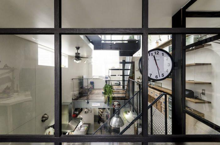 2階にある勇介さんの仕事場からリビングを見る。手前のフレームは木にアイアン塗装を施したもの。