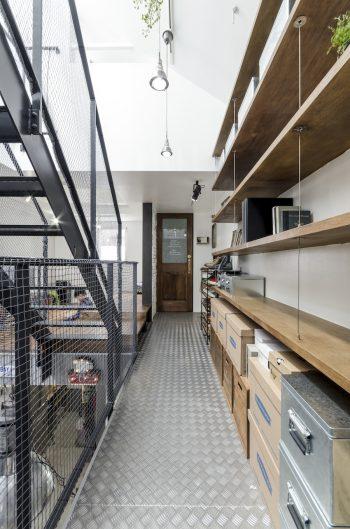 床にはインダストリアルな雰囲気のあるアルミの縞板が張られている。右の棚の塗装も勇介さんが手がけた。