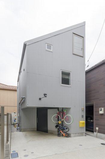 外観も倉庫か工場のよう。広めに確保したスペースは、来客時の駐車場やBBQスペースとして多目的に使っている。