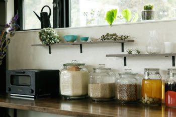 吊り戸棚は設けず、棚板だけをつけて見せる収納に。気に入った食器やグリーン、自家製梅酒の保存瓶などを並べて。