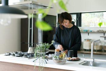 豆を挽いてコーヒーを淹れる奥さま。鎌倉にはコーヒー豆の専門店が多く、友人からプレゼントでいただくことも。