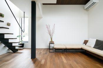 広松木工のソファが置かれたリビングダイニング。「インテリアはマットな黒、白、ウォールナットの3色をベースにして選びました」(ご主人)。