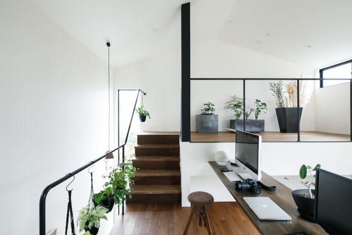 2階のパソコンスペースと、4.5畳のスキップフロア。現在は来客用の寝室などにしているが、「ライブラリーのようにしたい」(奥さま)、「一人がけのソファを置きたい」(ご主人)と計画中。