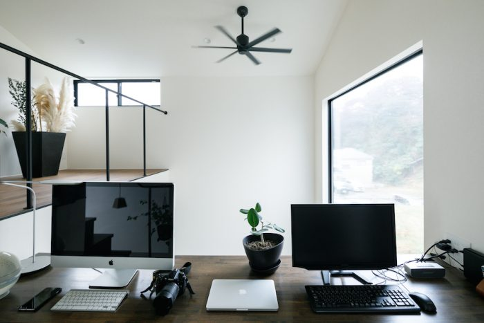 吹き抜けに面したパソコンスペースは、大きな開口部から外が見えて開放感も抜群。エンジニアであるご主人が自宅で仕事をする際などに使っている。