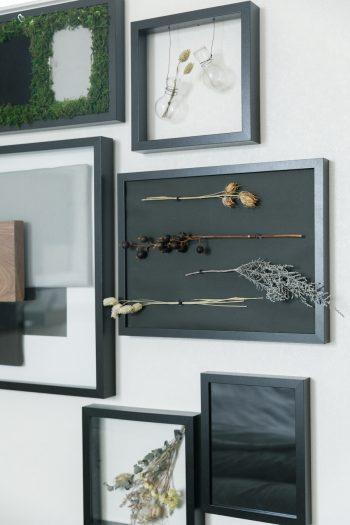 奥さま手づくりの作品が壁を彩る。インテリアや鎌倉野菜の料理をインスタグラムで紹介。フォロワーから、家づくりに関する質問が来ることも多いそうだ。