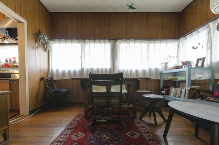 かつては寝室だった部屋は、リビングダイニングとして使用することに。ダイニングテーブルやラグは古道具屋で購入したもの。