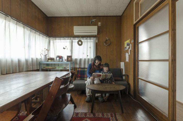 壁や天井の素材感が、昭和の雰囲気を残す。広く取られた開口部から日差しが優しく入る。