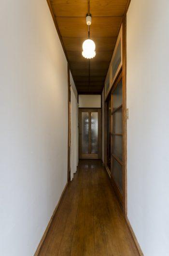 廊下の壁には、友人家族に手伝ってもらって漆喰を塗った。